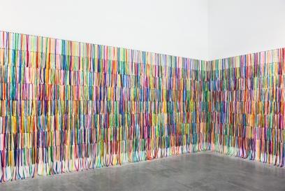 Rivane Neuenschwander, Eu desejo o seu desejo / I wish your wish, 2003. fitas de tecido de várias dimensões. Colecção Thyssen-Bornemisza Art Contemporary, Juan and Pat Vergez.