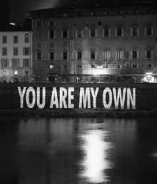 Jenny Holzer, You are my own, 2006, em exibição na Galeria Kukje, Coreia do Sul