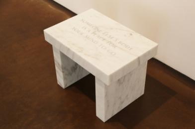 Jenny Holzer, Someone else's body..., 2006, em exibição na Galeria Kukje, Coreia do Sul, 2011