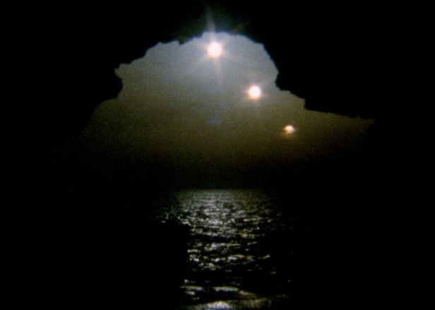 João Maria Gusmão e Pedro Paiva, 3 Suns, 2009, 16mm film, colour, no sound, 0'50''.