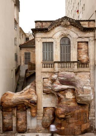 Henrique Oliveira, Tapumes, Casa dos Leões, 2009, VII Bienal do Mercosul, Porto Alegre. Instalação em madeira e pvc. Fotografia de Eduardo Ortega.