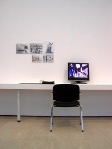 Antoni Muntadas, em exposição no CAM, Fundação Calouste Gulbenkian, 2012. Fotografia da exposição Making Art Happen.