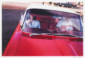 "William Eggleston, ""Dust Bells 2 — Couple in red car at drive-in restaurant"", 1965-1975, ©2012 Eggleston Artistic Trust, Cortesia Cheim & Read, New York."
