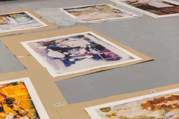Montagem da Exposição de José Luís Neto na galeria Miguel Nabinho, 2012. Imagem, cortesia da galeria Miguel Nabinho. Na imagem o artista José Luís Neto