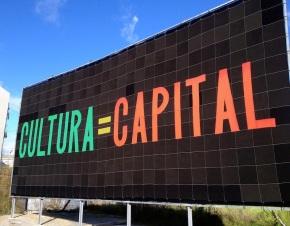 Alfredo Jaar, Cultura = Capital, Painel têxtil, 1400 cm x 600 cm Instalação de exterior. Rotunda da Avenida D.João IV. Cortesia do artista e de Guimarães 2012.