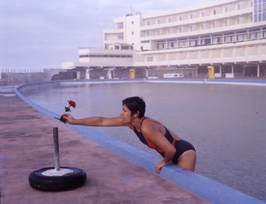 Ângela Ferreira (1958)Hotel da Praia Grande (O Estado das Coisas) 2003. Prova fotográfica positiva a cores, impressão digital a jacto de tinta. Coleção particular, Lisboa. Cortesia do MNAC – Museu do Chiado.