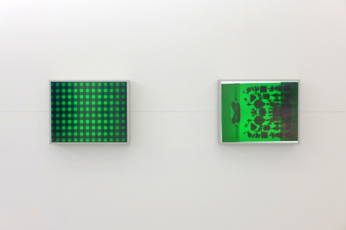Matt Mullican, Shopping Bag and Table Clothe under Green, Caixas de luz, light boxes, 2 partes | 2 parts, instalação | installation 42 × 163 cm (cada | each 42 × 52 cm).
