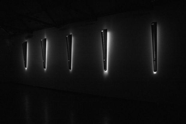 Rui Chafes, da exposição 'Tranquila Ferida do Sim, Faca do Não' na Galeria Filomena Soares, Lisboa, 2013. © Rui Chafes. Cortesia da Galeria Filomena Soares.
