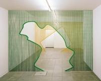 """vista da exposição """"/ (- \"""" de Daniel Steegmann Mangrané na galeria Nuno Centeno, Porto, 2013."""