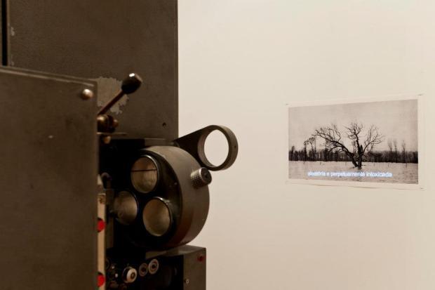 """Vista da exposição 'The Age of Divinity' - Hugo Barata """" The exclusion"""", 2013. Imagem: © Fabio Salvo. Cortesia Plataforma Revólver."""