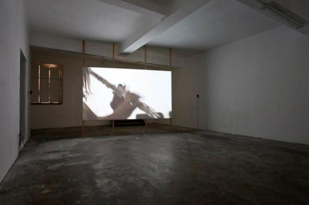 """Vista da exposição 'The Age of Divinity' - Johanna Billing """"Magical World"""", 2005 - imagem © Fabio Salvo. Cortesia de Plataforma Revólver."""