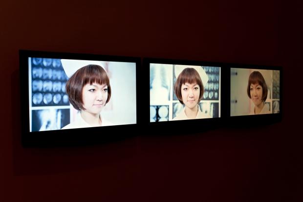 """Vista da exposição """"The Age of Divinity"""" (Liao Chi-Yu """"Take Care"""", 2012). Fotografia © Fabio Salvo. Cortesia de Plataforma Revólver."""