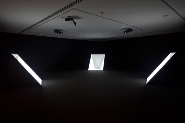 Vista da exposição Amplitude de Angela Detanico e Rafael Lain, no Museu Coleção Berardo. Detalhe de Mean Sun (2008). Fotografia- David Rato, 2013. Cortesia de Museu Coleção Berardo, 2013
