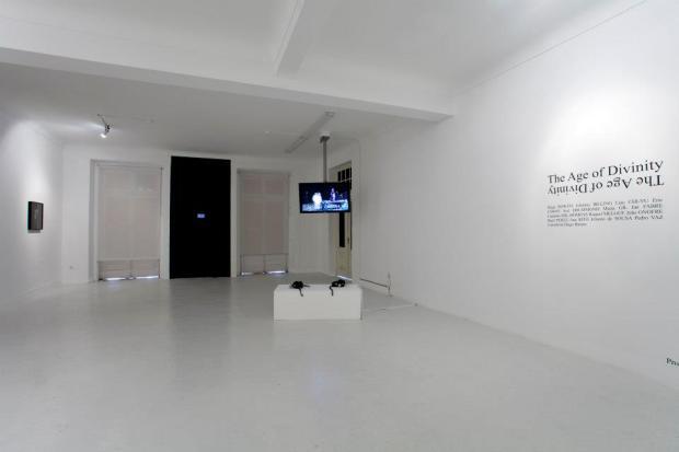 Vista da exposição 'The Age of Divinity' na Plataforma Revólver, 2013. Fotografia © Fabio Salvo. Cortesia de Plataforma Revólver.