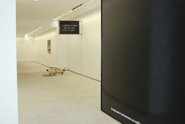 João Louro, vista da exposição 'L' Écriture du Désastre' na Galeria Fernando Santos, Porto, 2013.