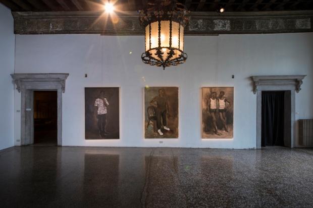 Pinturas de Lynette Yiadom-Boakye. Future Generation Art Prize, Palazzo Contarini Polignac, Veneza, Itália, 2013. Courtesy PinchukArtCentre. Photo by Sergey Illin.