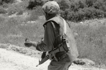 Ahlam Shibli, Sans titre (Trackers n° 8) Lakhich Army Base, Beit Gubrin, Israel / Palestine, 2005 Ahlam Shibli. Tirage gélatino-argentique, 37 x 55,5 cm. Courtesy de l'artiste, © Ahlam Shibli