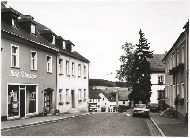 Thomas Struth, Wunsiedlerstrasse, Weissenstadt, 1982, 1982, 1989. Cortesia BES Arte e Finança.