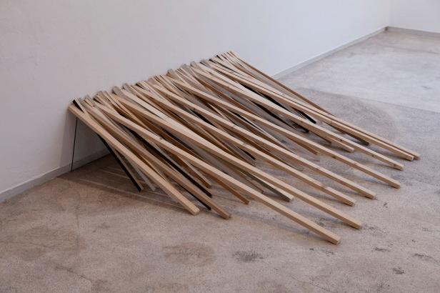 Catarina Mil Homens, Ápice a 2 centímetros, exposição 'Nem sempre é a direito' no Módulo, Lisboa. Cortesia da artista.
