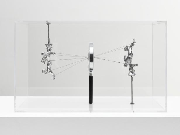Damian Ortega, How to See, 2013, Plexiglas vitrine, magnifying glass, thread and metal figures, 11 13/16 x 19 11/16 x 9 13/16 in. (30 x 50 x 25 cm) © Damián Ortega. Photo: Ben Westoby. Courtesy White Cube.