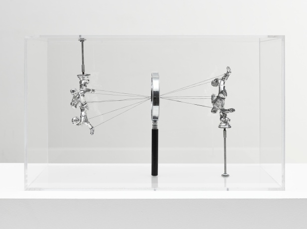 Damian Ortega, How to See, 2013, Plexiglas vitrine, magnifying glass, thread and metal figures, 11 13/16 x 19 11/16 x 9 13/16 in. (30 x 50 x 25 cm) © Damián Ortega. Photo: Ben Westoby. Courtesy White Cube.
