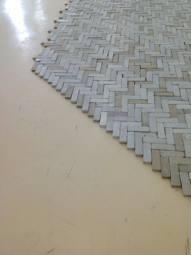 """Fernanda Fragateiro e Rui Mendes, exposição R9F6 Branco, Pavilhão Branco, imagem: mosaicos artesanais de terracota """"Bejmate, Blanc Nacré"""", Meknés Marrocos. Dimensões Variaveis."""