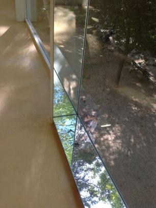 Fernanda Fragateiro e Rui Mendes, exposição R9F6 Branco, Pavilhão Branco, imagem: Vão, espelho e madeira. 397 x 196 x 13 cm.