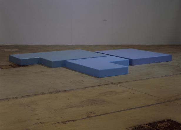 Patrícia Garrido, T0 Azul 1997, Poliéster, fibra de vidro, Colocação variável / 3 elementos: 20 x 260 x 183 cm 20 x 200 x 160 cm 20 x 170 x 165 cm Colecção António Cachola, MACE, Elvas