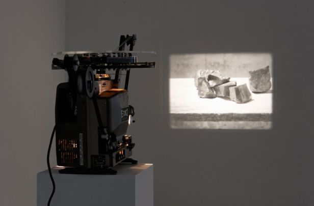 Francisco Tropa, Scripta, 2013. 16 mm film projection. Photo: Marcus Schneider. Courtesy Galerija Gregor Podnar, Berlin / Ljubljana.