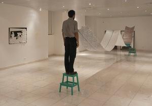 vista da exposição colectiva 'ENTRE um e outro' na Galeria Municipal Palácio Ribamar. Fotografia © Joana Lobinho.