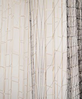 Leonor Antunes, 'a linha é tão fina que o olho, apesar de armado com uma lupa, imagina-a ao invés de vê-la'. Cortesia Kunsthalle Lissabon.