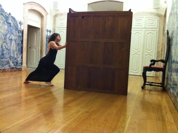 Five Easy Pieces, SQRT (com Alice Joana Gonçalves), Performance para uma intérprete. Cortesia Cristina Guerra Contemporary Art, Lisboa. Galeria Pedro Oliveira, Porto