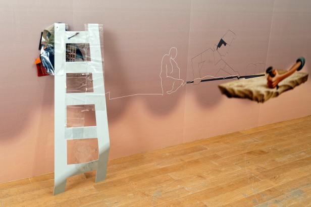 Helen Marten, Happy drunks soggy, blueprints, 2013. Biennale de Lyon 2013. Cortesia da artista e da Biennale de Lyon.
