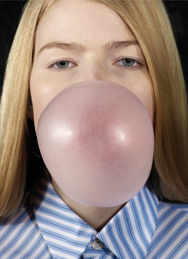 Roe Ethridge, Louise Blowing a Bubble, 2011, Cortesia do artista e da Biennale de Lyon.
