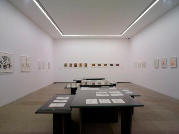 'Lições da Escuridão, Sala 4. Gabinete de Desenho. Gruta e Crânio. Desenhos de José de Guimarães. Cortesia Centro Internacional das Artes José de Guimarães, 2013