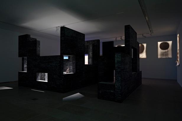 'Lições da Escuridão, Sala 9. Diango Hernández, Lestory; Thierry Simões, desenhos. Cortesia Centro Internacional das Artes José de Guimarães, 2013