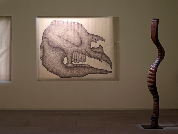 'Lições da Escuridão, Sala 13. Luís Nobre, Sub 1996-97; Máscara adorno de cabeça Bambonyi (Serpente), Baga, Guiné. Cortesia Centro Internacional das Artes José de Guimarães, 2013 .
