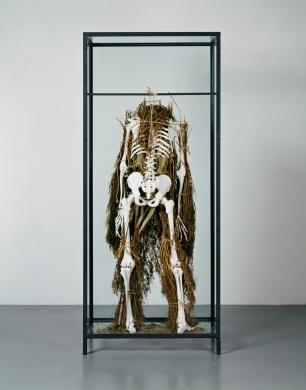 Francisco Tropa (1968) A Assembleia de Euclides (corpo), 2004. Esqueleto de anatomia, cal, ramos de eucalipto e ervas diversas, corda de linho e de sisal, vitrina de ferro e vidro 192 x 81 x 42 cm © DMF, Lisboa. Cortesia de Culturgest.