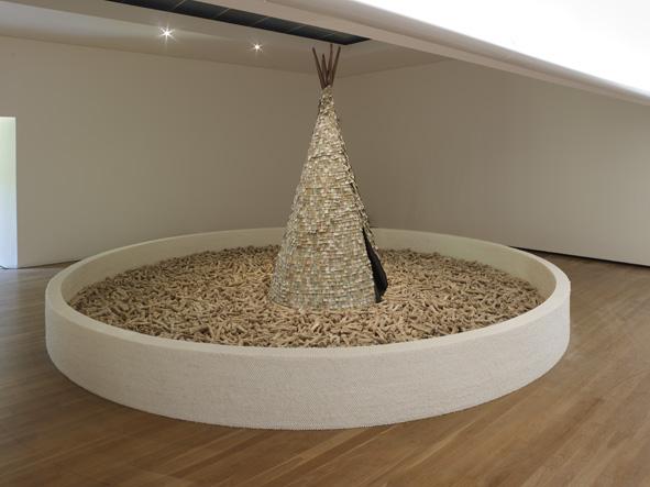 Vista da exposição 'Cildo Meireles' no Museu de Arte Contemporânea de Serralves, Porto, 2013.