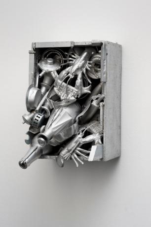 Lourdes Castro (1930) Caixa alumínio (lagostins), Paris, 1962 Técnica mista / Mixed media 34 x 24 x 26,5 cm Inventário / Inventory 348001 © DMF, Lisboa. Cortesia de Culturgest.