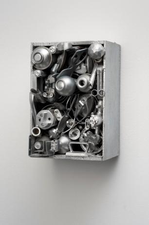Lourdes Castro (1930). Caixa alumínio (óculos), Paris, 1962. Técnica mista / Mixed media, 34 x 24 x 21,5 cm © DMF, Lisboa. Cortesia de Culturgest.