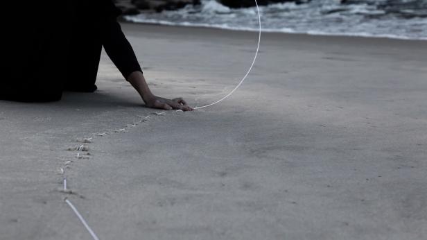 Maria Laet, Notas sobre o limite do mar, 2011 (vídeo still). Vídeo, sem som, duração 11' 42''. Cortesia da artista e 3+1 Arte Contemporânea, Lisboa.