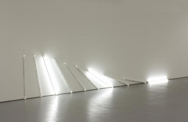Rui Valério, 'Wall To Floor' (peça de parede, lâmpadas fluorescentes e réguas) 2010. © Rui Valério. Cortesia do artista.