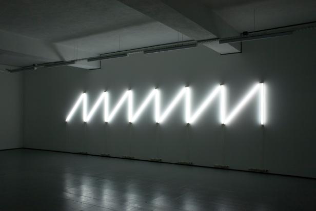 Rui Valério, 'saw wave' (peça de lâmpadas fluorescentes para parede) 2009. © Rui Valério. Cortesia do artista.