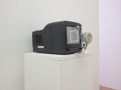 Rui Valério, 'Squarepusher' (peça de vídeo para monitor, motor e íman) 2013. © Rui Valério. Cortesia do artista.