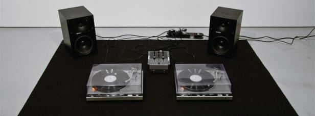 João Onofre, Untitled (Cactuses), 2011. 2 gira-discos com função de repetição automática, colunas ativas, misturador, 2 dubplates com interpretações da canção LILIAC WINE (da autoria de James Shelton, 1950) por Nina Simone (1966) e Jeff Buckley (1994). 40 × 170 × 200 cm.