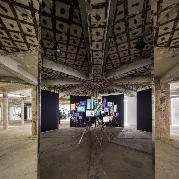 vista da exposição Felipe Oliveira Baptista no MUDE, Lisboa, 2013-2014 (na imagem Espelho da Mente). ©MUDE 2013 Fernando Guerra.