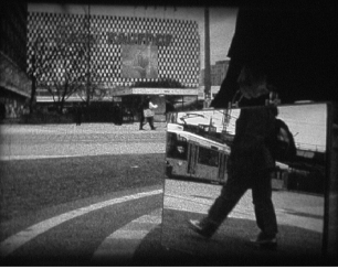 Rui Calçada Bastos, 'The Mirror Suitcase Man', 2004, video still. Cortesia do artista. (Sala Polivalente) Exposição 'Sob o Signo de Amadeo - Um Século de Arte'. CAM-Fundação Calouste Gulbenkian, 2013-2014.