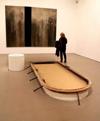 Pedro Cabrita Reis, D(OOR), D(AM) e (parede) Michael Biberstein, K5 (3-Step Attractor), 1991.(galeria 1) Exposição 'Sob o Signo de Amadeo - Um Século de Arte'. CAM-Fundação Calouste Gulbenkian, 2013-2014.