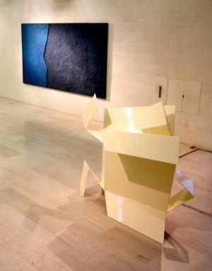 Miklos Baluz, Blue Horizontal e David Hall, Box. (nave) Exposição 'Sob o Signo de Amadeo - Um Século de Arte'. CAM-Fundação Calouste Gulbenkian, 2013-2014.
